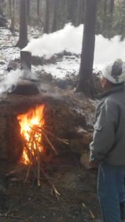 雪の日の炭焼
